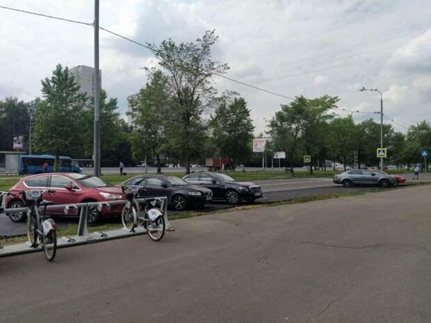 На пересечении деблёра Алтуфьевки и Бибиревской обновили парковочный карман