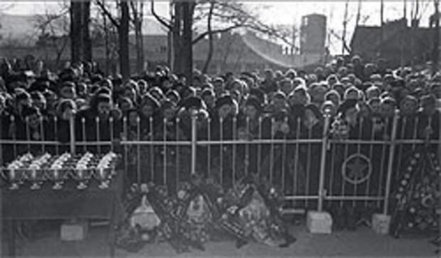 В 1953 году в авиакатастрофах погибли 140 человек — 74 пассажира и 66 членов экипажа (на фото — Приморский край, траурный митинг по погибшим в одной из катастроф)