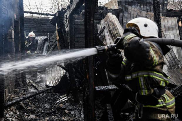 ВЦыганском поселке Екатеринбурга пожаловались навыселение огнем. «Чувствовали запах бензина»