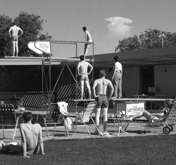10. Туристы в Лас-Вегасе наблюдают за испытанием ядерной бомбы, 1953 год. история, мир, фотография