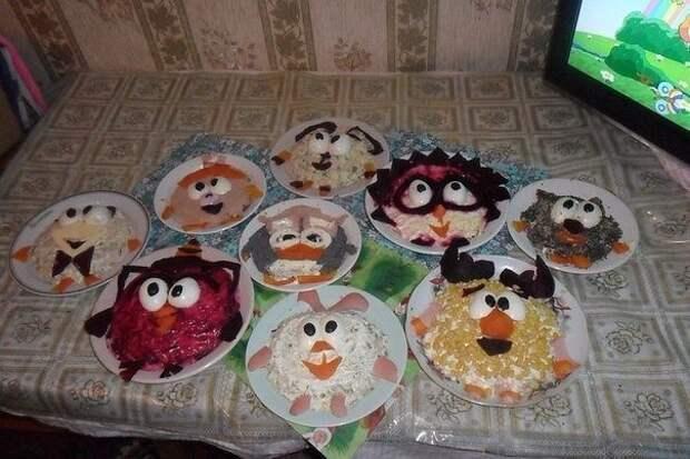 Папа приготовил дочке на день рождения стол из Смешариков, которых она очень любит