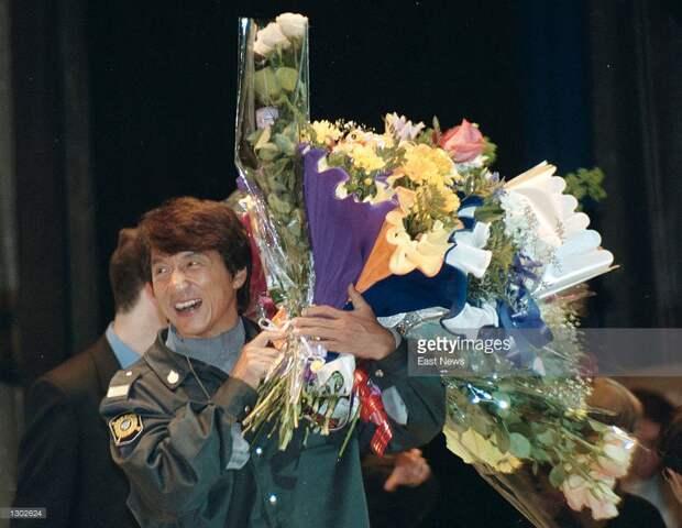 """Джеки Чан во время промо-кампании фильма """"Шанхайский полдень"""" на встрече с поклонниками - российскими военными. Москва, 16 октября 2000 года."""