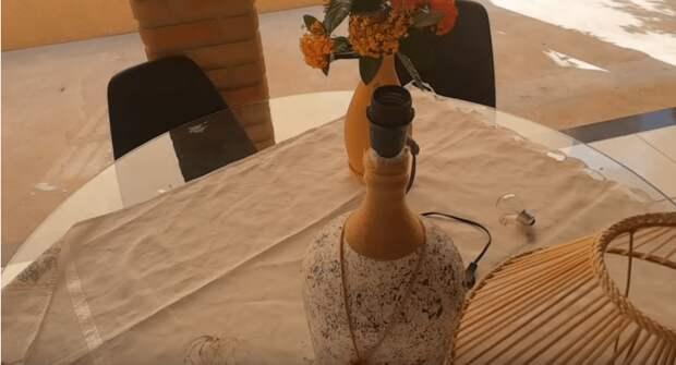 Так использовать простую бутылку может только настоящая мастерица. А нужны всего лишь деревянные шпажки