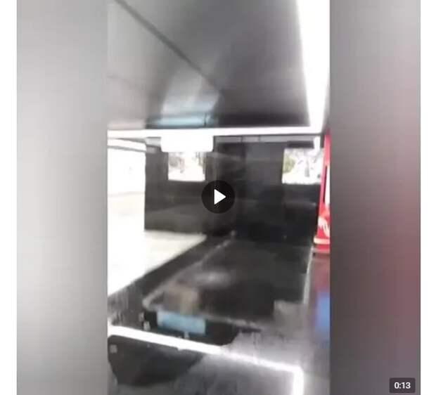 В вестибюле станции метро «Лефортово» пролился подземный дождь