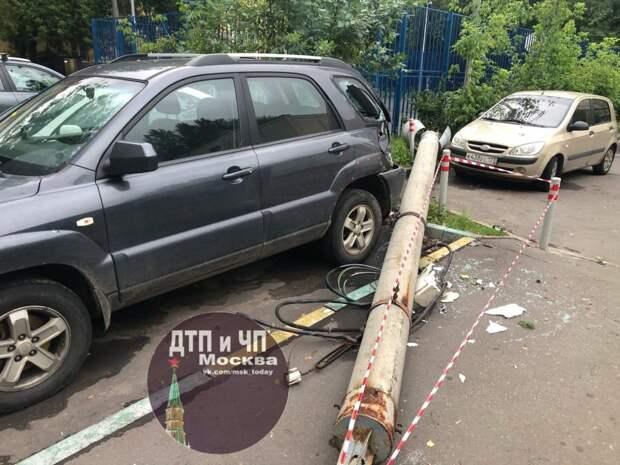 На улице Маршала Бирюзова рухнул фонарный столб