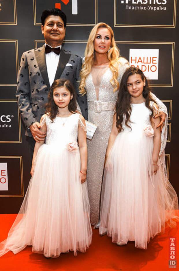 Камалия с мужем и детьми на премии YUNA-2021