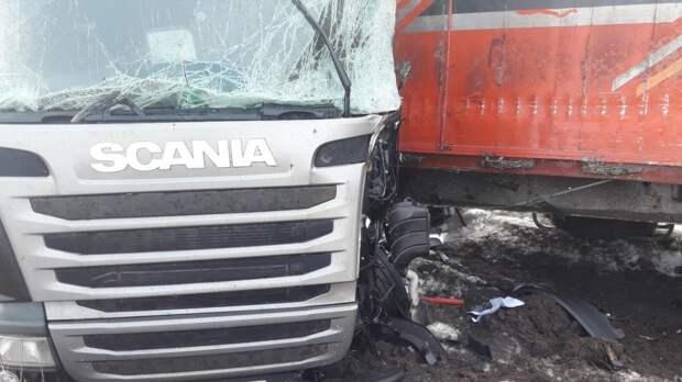 Дальнобойщик погиб в жутком ДТП с участием трех фур в Ульяновской области