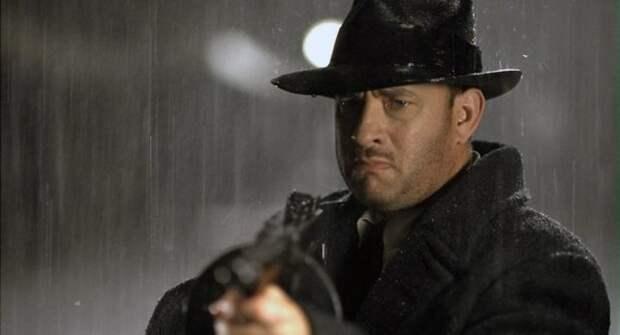 том хэнкс в черной шляпе под дождем
