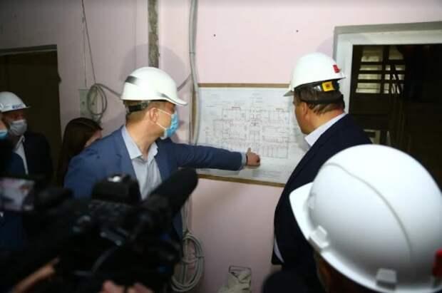Петр Толстой проверил ход ремонта поликлиники в Капотне / Фото: Александр Чикин
