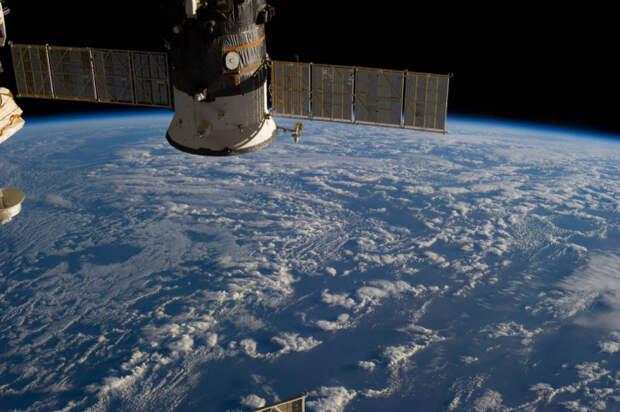Международная космическая станция нафоне океана между Антарктидой иАвстралией