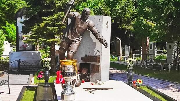 Чемпион КХЛ привез кубок на могилу Черепанова. Чинахов красиво попрощался с «Авангардом» и уезжает в Америку