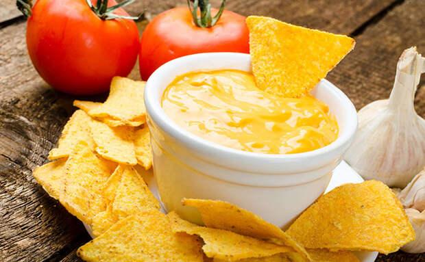 Смешали сыр с яйцом и маслом, и за 10 минут получили сырный соус, делающий вкуснее любую закуску