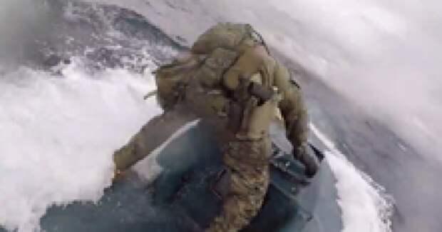 Береговая охрана пошла на штурм подлодки контрабандистов