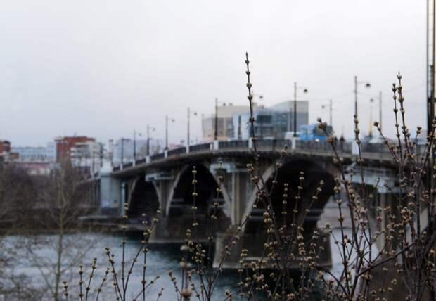 Спасатели в Иркутске вытащили из ангары упавшую с Глазковского моста женщину