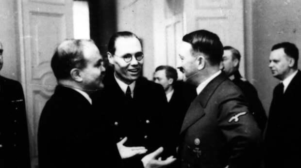 Молотов на встрече с Гитлером Фото: ©East News Poland/EAST NEWS