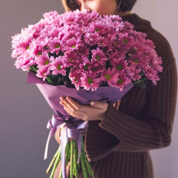 Зачем дарить цветы вместо шоколадных конфет или другого подарка?