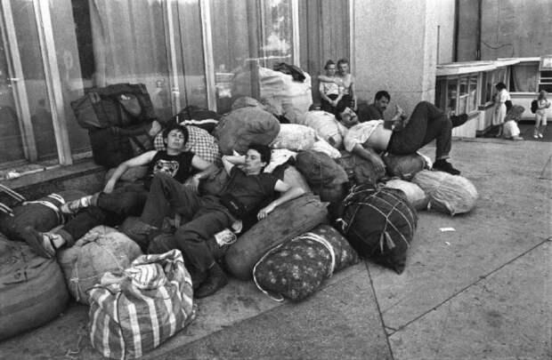 Отдых на сумках в аэропорту. Россия, Владивосток, 1992 год.