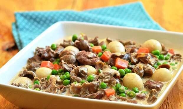 Куриные желудки с овощами в сметанном соусе