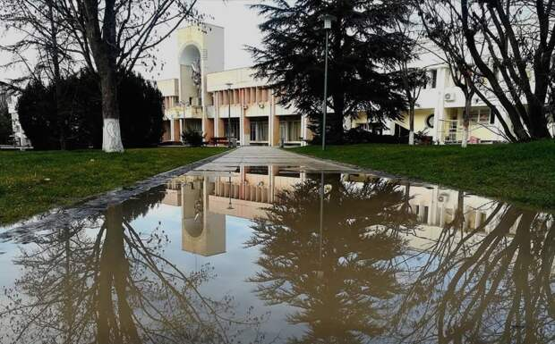 Дождь затопил отремонтированный за 208 млн руб сквер у ДКП