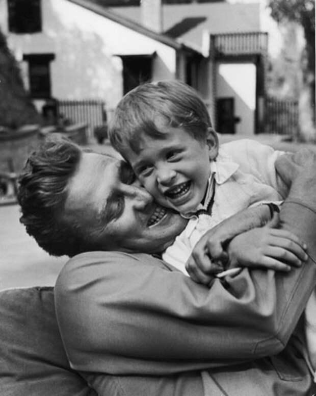 Кирк и Майкл Дуглас. Семейный фотоальбом