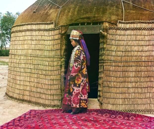 Туркменская женщина стоит на ковре перед входом в юрту. С.М. Прокудин-Горский, 1911 год. | Фото: commons.wikimedia.org.