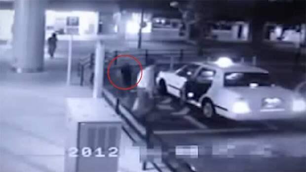 В сети обсуждают видео, где в такси пытается сесть призрак девушки