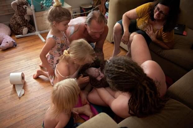 Роды вкругу семьи: канадка родила впрямом эфире вприсутствии мужа истарших детей