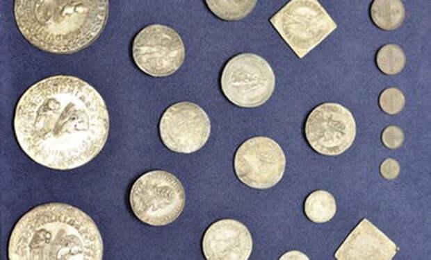 Люди пришли прибирать запечатанную квартиру и нашли чемодан, куда почти 100 лет собирали ценные монеты