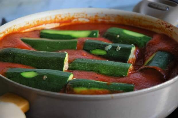 Фаршированные цуккини в помидорном соусе