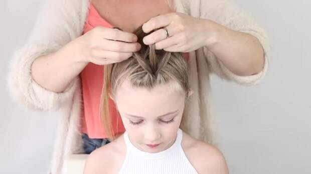 Мама решила сделать дочке роскошную косу-ирокез, для которой нужны только резинки и расчёска