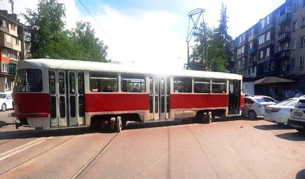 Сошедший срельс трамвай разбил 4 авто воВладикавказе