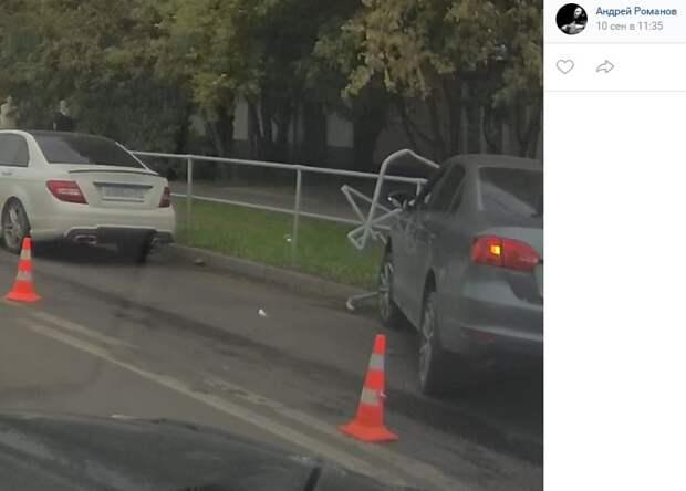 На Кронштадтском водитель решил снести ограждение
