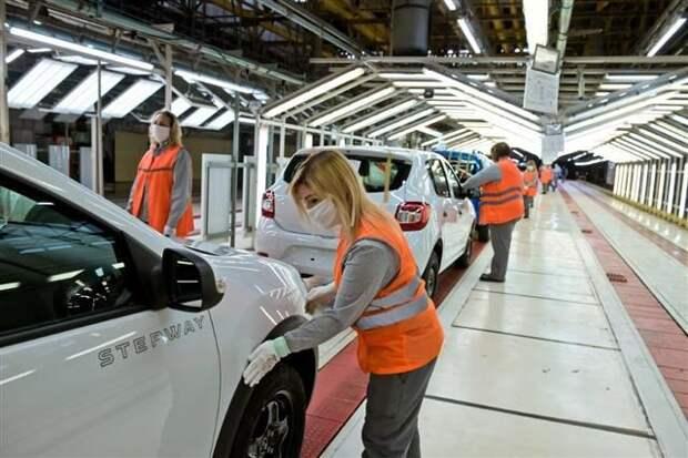 Продажи новых легковых машин в РФ в апреле выросли почти вчетверо