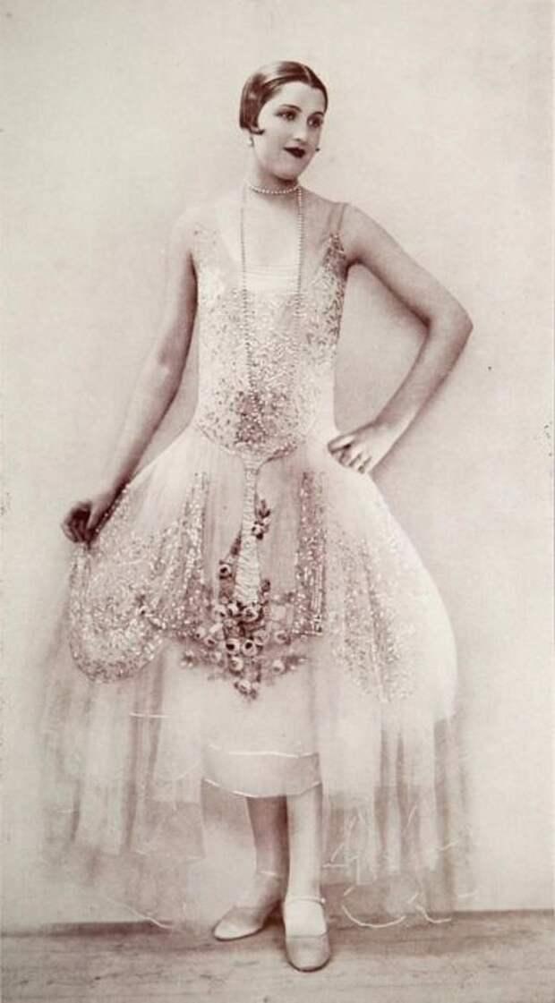Белоснежный наряд с серебряной вышивкой и длинными шифоновыми вставками по бокам.