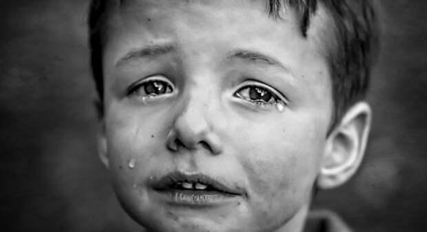 Парень дал мальчику денег на букет для мамы, но побледнел, когда увидел малыша у могилы своей девушки