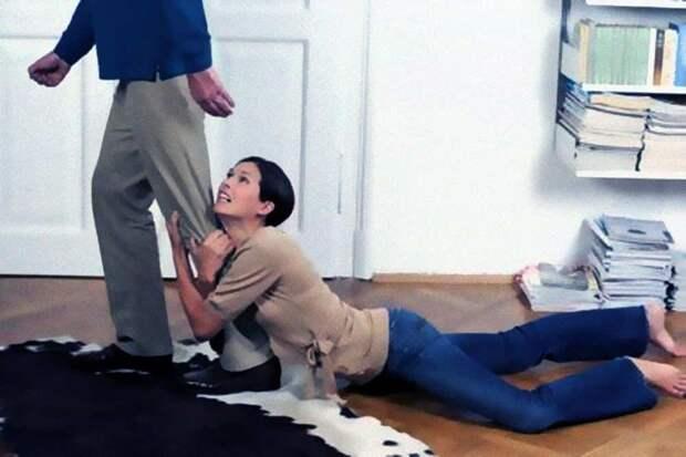 жена держит мужа