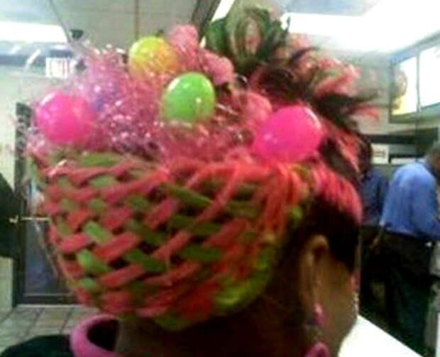Прическа из волос и ярких ниток в виде корзинки с пасхальными яйцами.