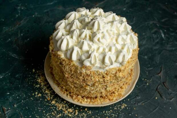 Праздничный бисквитный торт с заварным кремом и взбитыми сливками