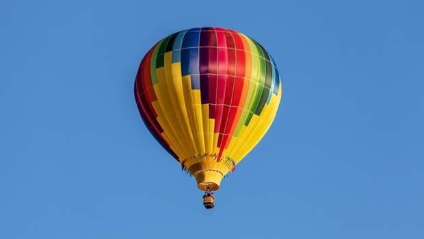 Огромный воздушный шар запутался в кронах деревьев в Приморье