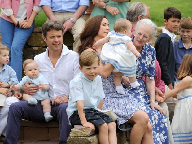 Самые трогательные фотографии королевских бабушек идедушек свнуками
