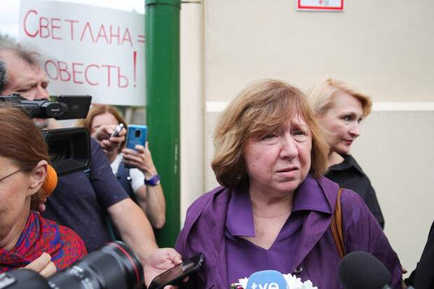 Светлана Алексиевич обвинила россиян в равнодушии к белорусским протестам