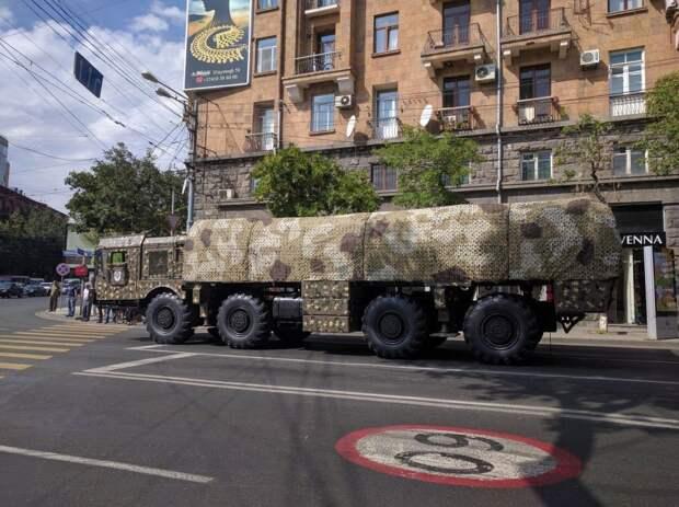 """Самоходная пусковая установка оперативно-тактического ракетного комплекса """"Искандер-Э"""" вооруженных сил Армении"""