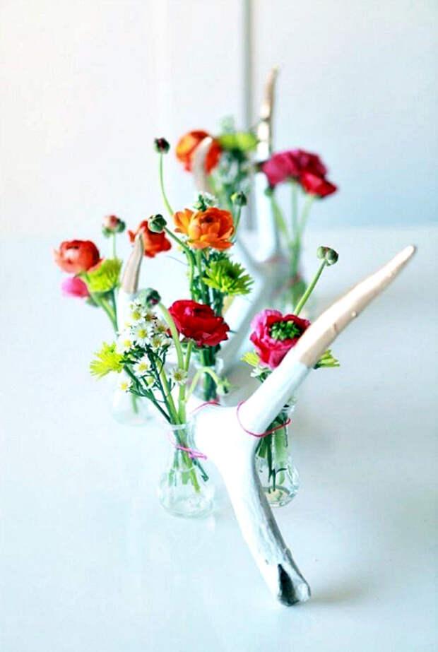 Композиция из сухой ветки и цветов.