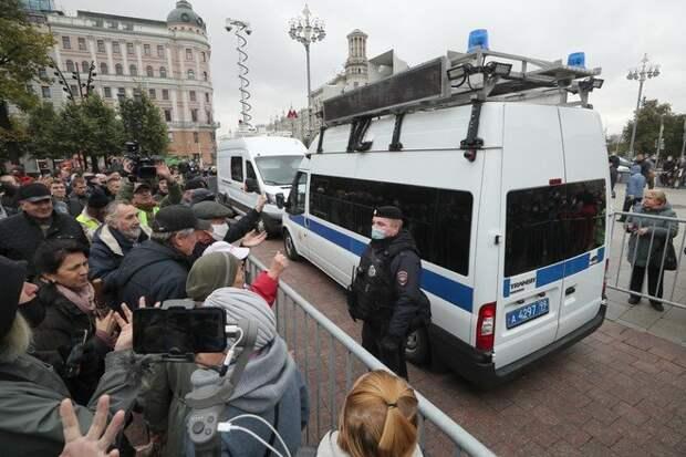 Москвичи собрались на Пушкинской. Объясняем, зачем полиция включает им музыку