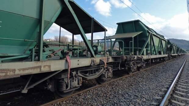 Грузовой поезд сошел с рельсов в Самарской области