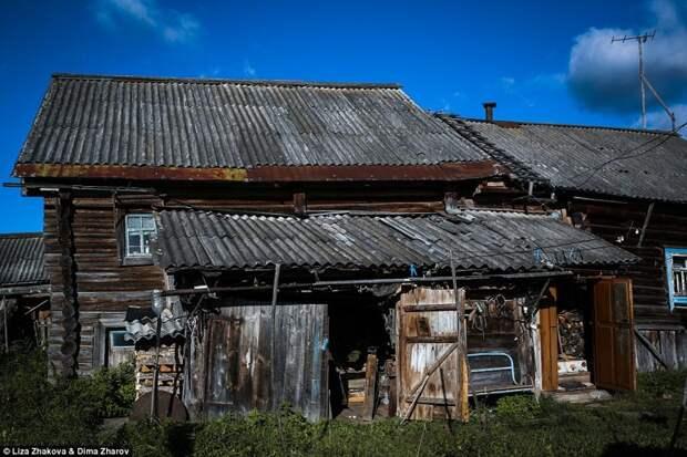 Саша живет в одиночку в деревне Еляково, в город ехать жить не хочет.   бомжи и пьяницы, российская глубинка