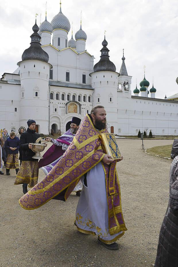 Американский батюшка сбежал от гомосексуалистов в ярославскую глубинку