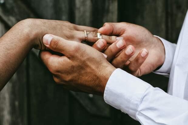 Почему мы носим обручальное кольцо ИМЕННО на безымянном пальце? Ответ в статье.