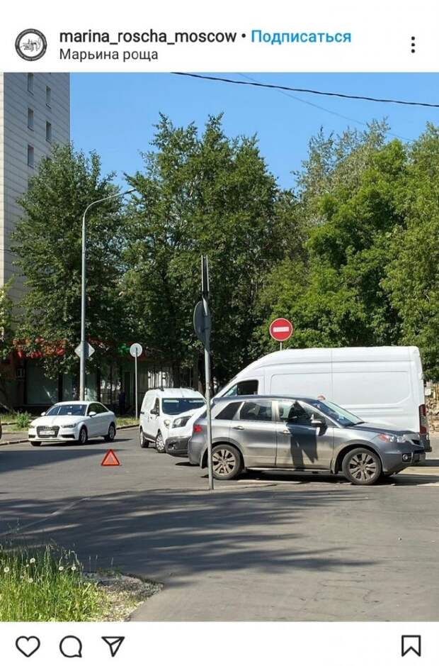 На перекрестке Стрелецкой улицы и 4-го Стрелецкого проезда столкнулись легковушка и фургон
