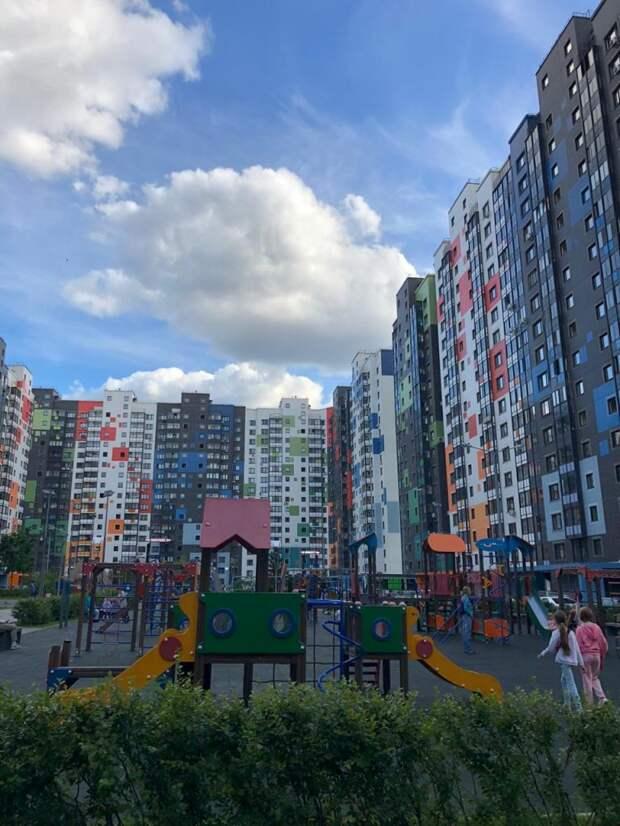 Самый разноцветный двор района Северный вдохновляет фотографов
